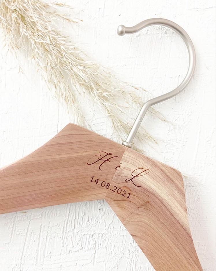 Cintre en cèdre personnalisé avec initiales et date gravées